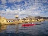 bordeando la isla flotante los uros en Kayaking en el Lago más Alto del Mundo: Titicaca