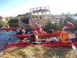 llegando a los Uros en Kayaking en el Lago más Alto del Mundo: Titicaca