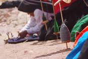 Actividad de hilado en la Isla de Taquile en Lago Titicaca Encantador