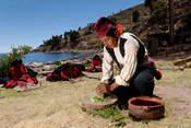 Actividades de nativos de la Isla de Taquile en Lago Titicaca Encantador